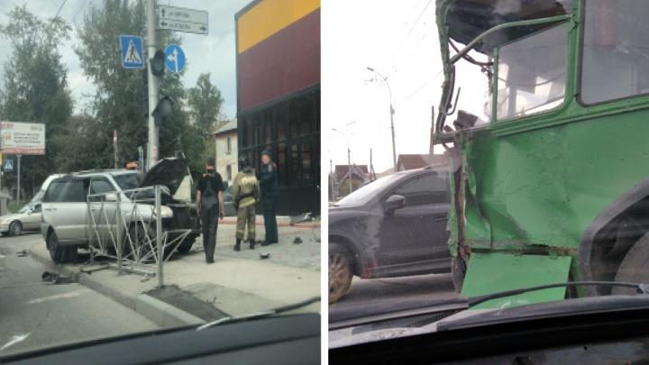«Машина врезалась в здание»: кроссовер вылетел на тротуар улицы Кирова после аварии с троллейбусом