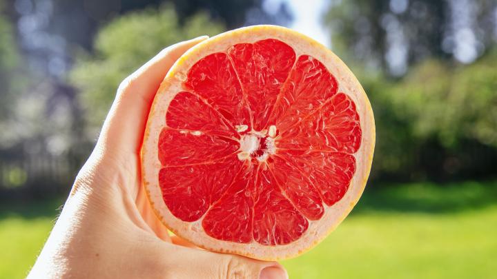 Плохие новости для любителей грейпфрутов: врачи рассказали, кому их нельзя есть