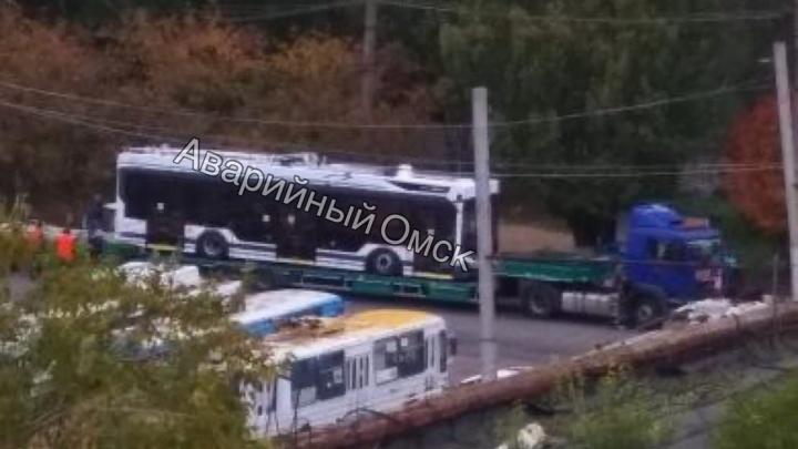 Очевидцы сфотографировали троллейбус «Адмирал», который везут в Омск