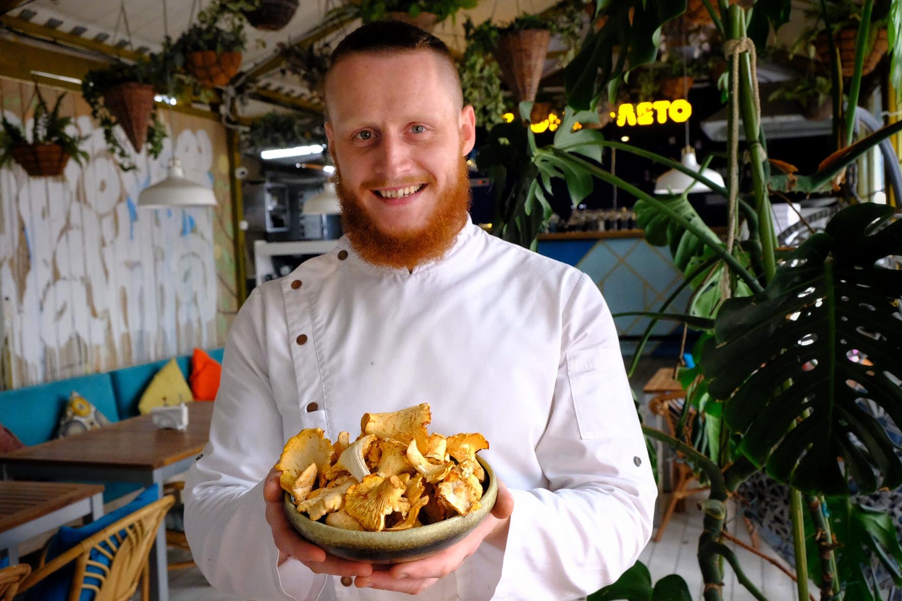 Шеф-повар «Агонь BBQ Ratskeller» приготовитстейк-мачете с жареными лисичками