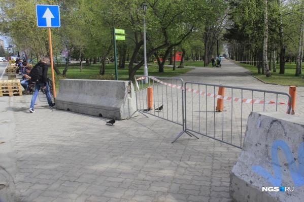 Новосибирцев не останавливают даже бетонные блоки