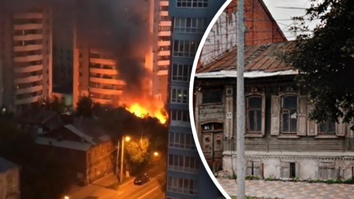 «Костер» посреди высоток: очевидец снял на видео пожар в частном доме на Вилоновской