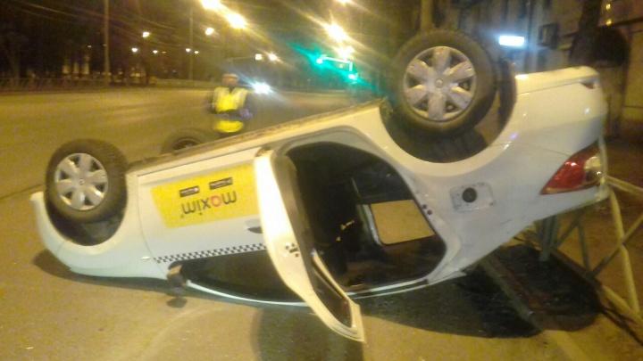 «Я сама выбиралась из перевернутого такси»: пострадавшая рассказала о ночной аварии