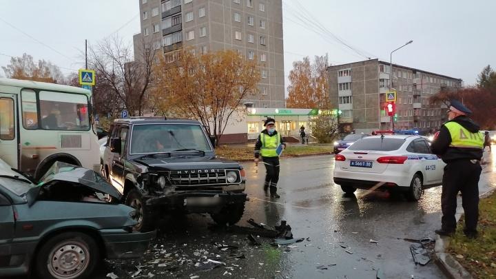 В Первоуральске в аварии пострадала двухмесячная девочка, которую везли в коробе от коляски