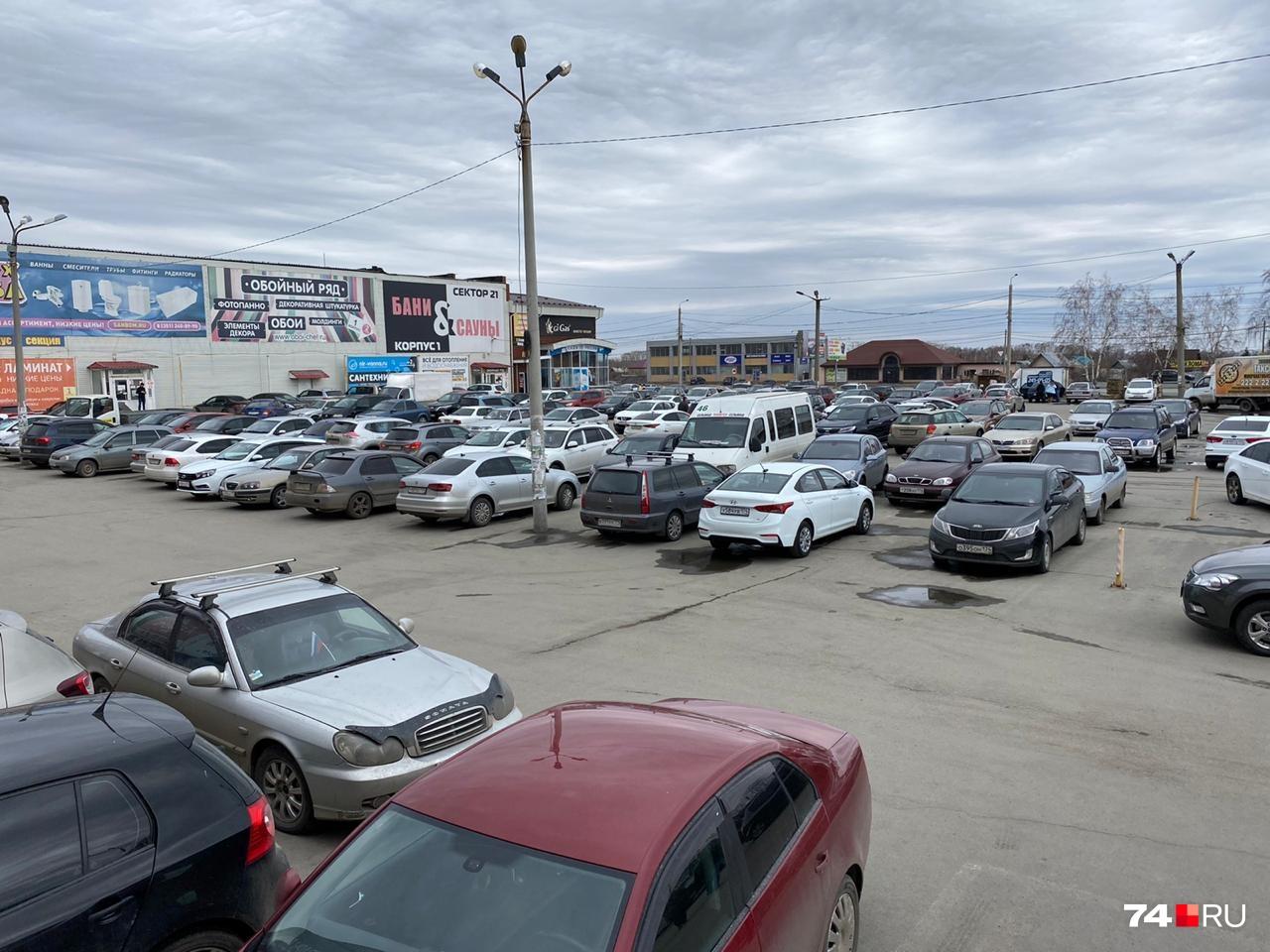 Парковка строительного рынка забита