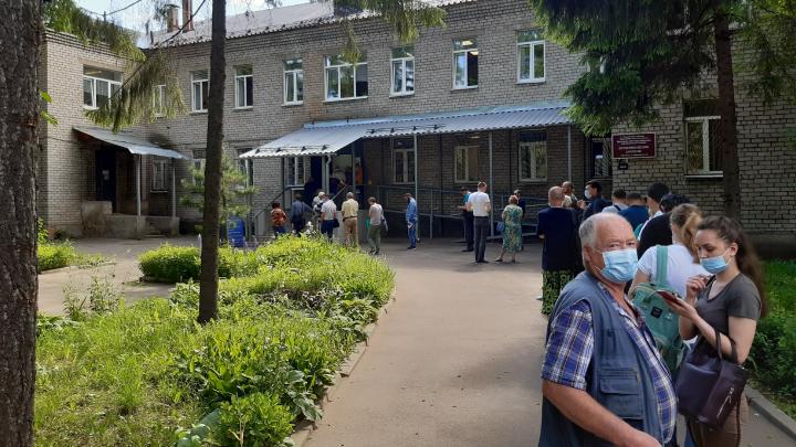 В Ярославле выстроилась гигантская очередь в психбольницу. Видео