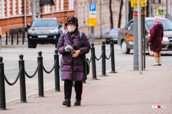 Пожилым людям лучше гулять в одиночку, считают в оперштабе