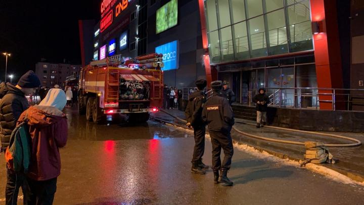 В Котласе загорелся торговый центр «Столица». Есть пострадавшие