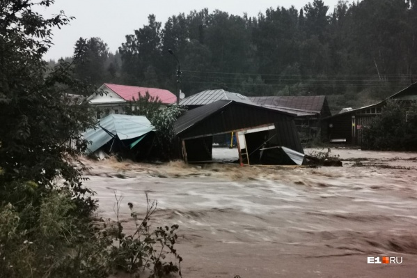 В Нижних Сергах из-за сильного потопа ввели режим ЧС