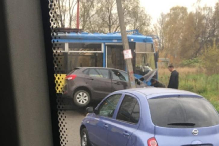Машину зажало между трамваем и столбом