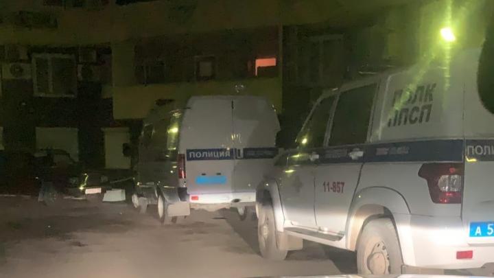 Во дворе в центре Екатеринбурга нашли тело мужчины в черных сланцах