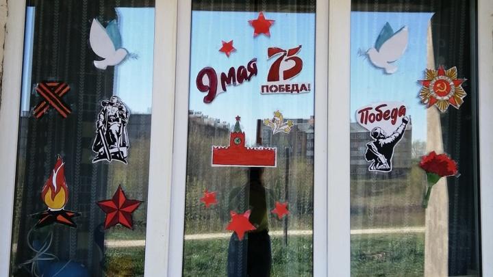 Пермяки украсили свои окна надписями и портретами ко Дню Победы — фотоподборка от наших читателей