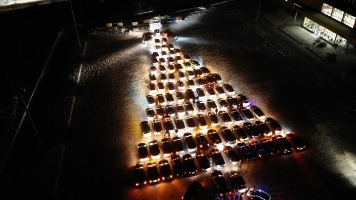 Гигантскую автоелку из сотни машин выстроили ночью в Екатеринбурге