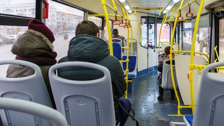 В Волгограде пенсионерка попала в больницу после падения в затормозившем автобусе