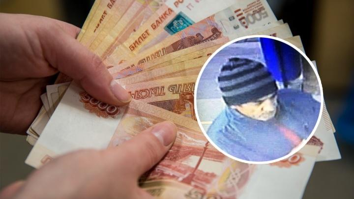 Новосибирец подобрал забытые в банкомате сто тысяч — теперь его ищет полиция