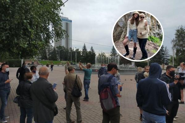 Семья Тимофеевых (на фото Наталья с дочерью Татьяной) оказалась на площади случайно
