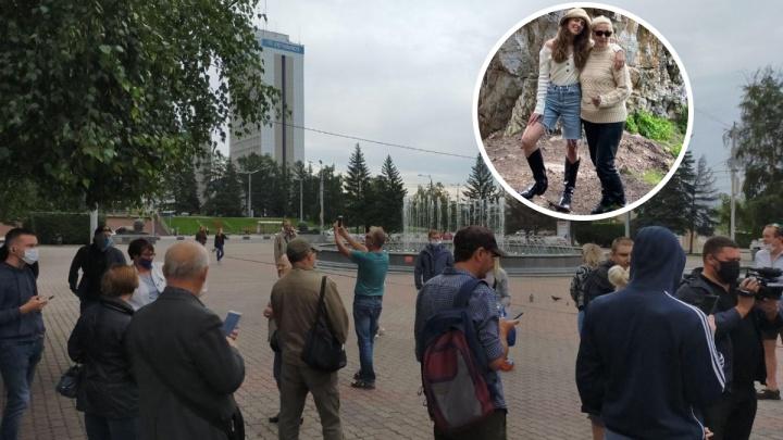 «Мама гуляла там с собакой»: случайную прохожую объявили организатором митинга на Театральной площади
