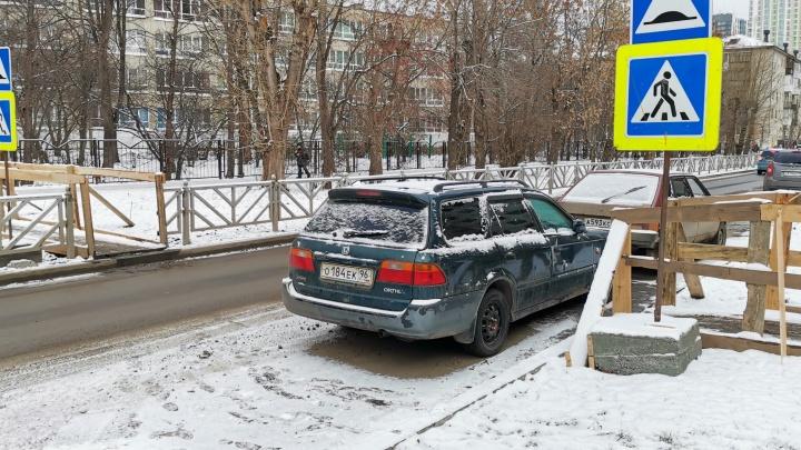 «Я паркуюсь как...»: свинская стоянка на пешеходном переходе и бравые автохамы на пути колясок