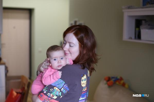 Родители переживают, что заболевание угрожает жизни ребёнка, а процедура закупки препарата происходит не быстро