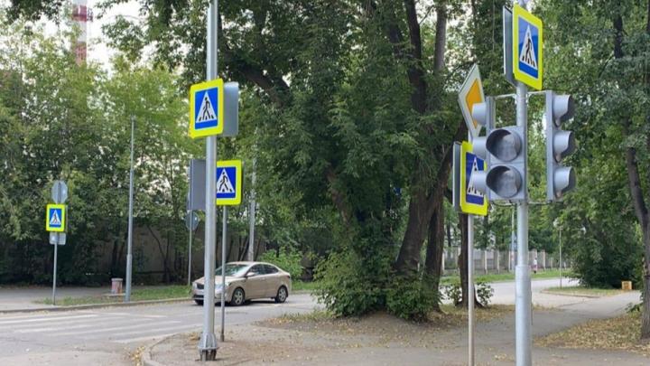 На «проклятом» перекрестке на Эльмаше, где погиб отец двоих детей, за счет депутата установили светофор