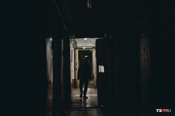 Мужчина встретил свою жертву на лестничной площадке дома и проследил за ней до квартиры