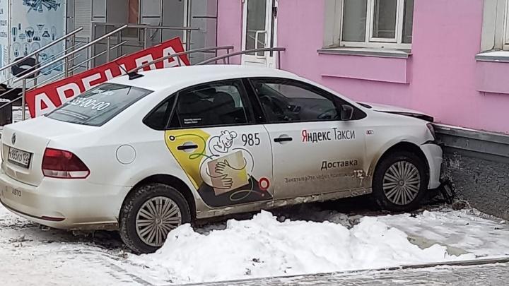 «Дернуло и выкинуло»: водитель «Яндекс.Такси» объяснил, почему врезался в стену дома на Блюхера