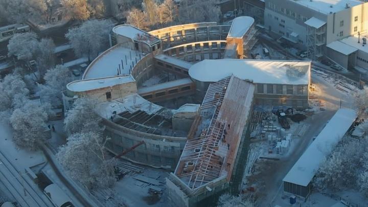 Памятник под открытым небом: в здании Фабрики-кухни начали монтировать новую крышу