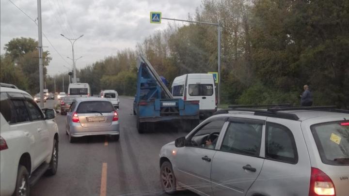 Автомобили встали в пробку в сторону города на Бердском шоссе — здесь грузовик въехал в минивэн