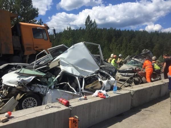 У грузовика с щебнем отказали тормоза на затяжном спуске
