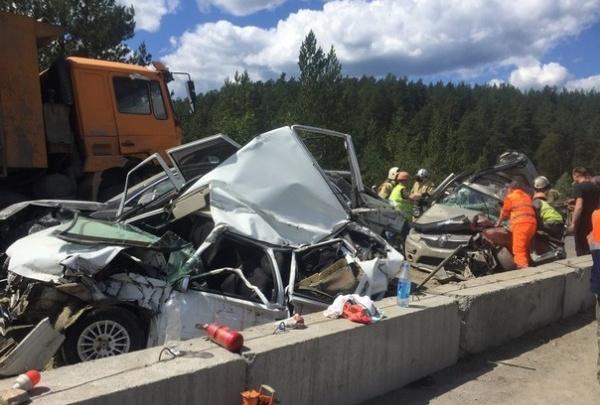 Смертельная авария на М-5 в Челябинской области, где грузовик протаранил пять машин, попала на видео