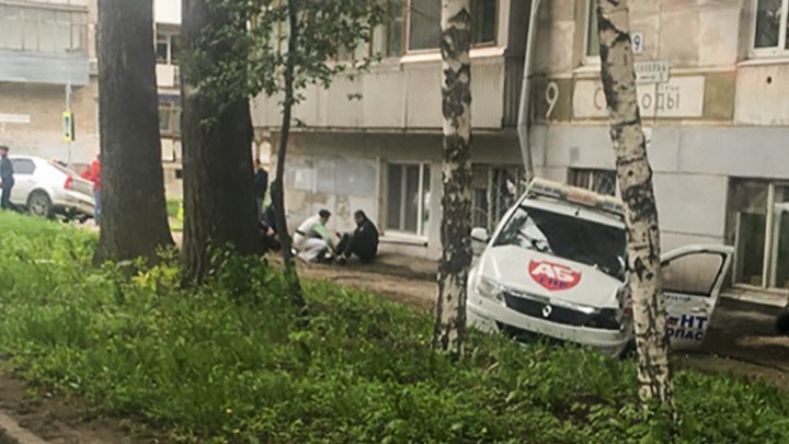 «Машина пролетела по тротуару»: в Самаре на перекрёстке столкнулись два «Рено»