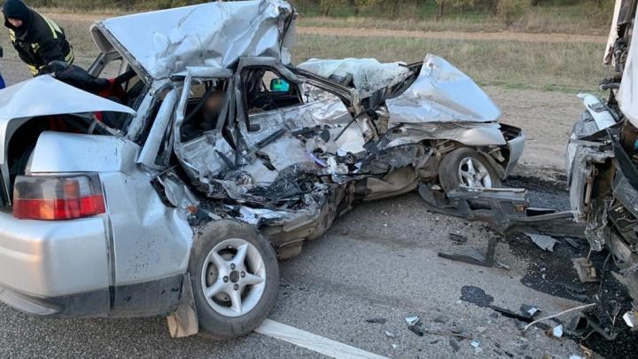 «Тащил их метров 20»: на трассе Москва — Волгоград в ДТП с грузовиком погибли мужчина и женщина