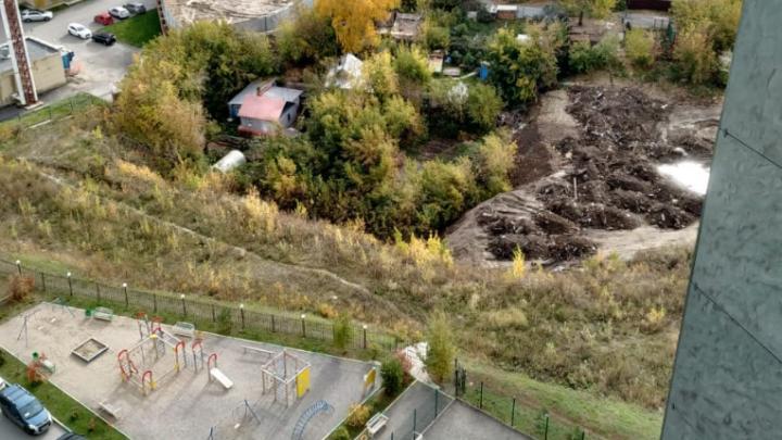 «Безобразие какое-то»: возле жилых домов на Фрунзе появилась стихийная свалка