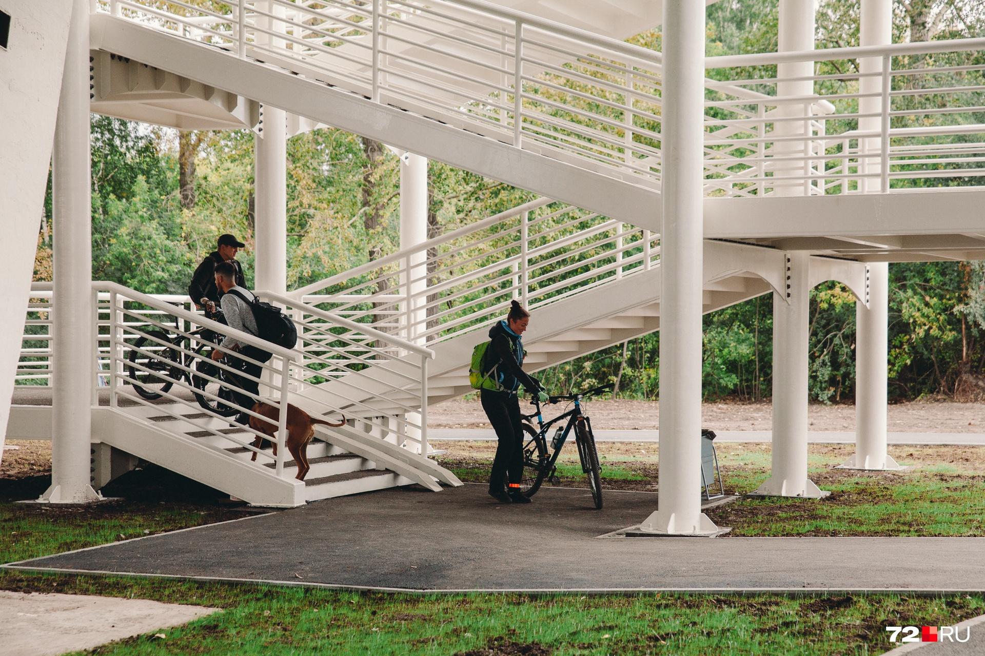 Пока велосипедисты спускаются по лестнице. Во время прогулки мы не встретили того, кто сильно критиковал путепровод