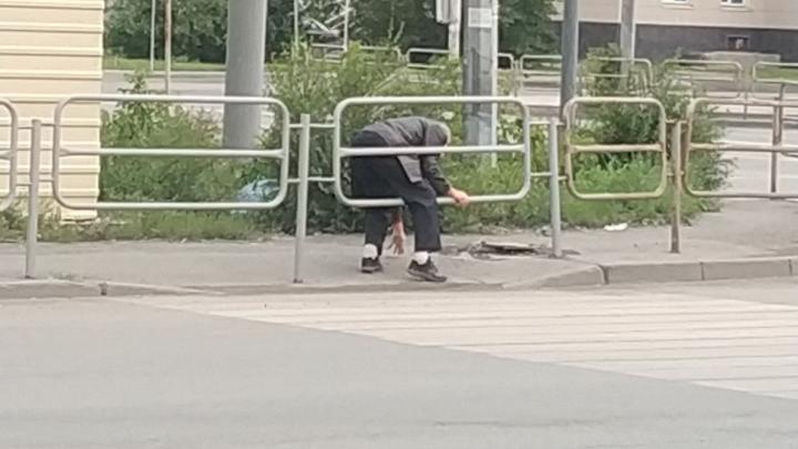 Пешеходный переход в Челябинске с двух сторон перегородили заборами