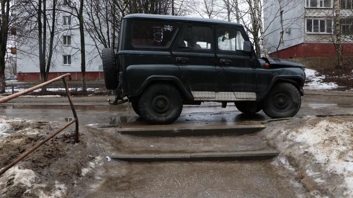 Короли парковки. Нижегородцы осваивают газоны и нападают на машины «не из своего двора»