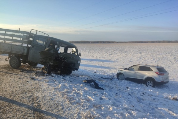 Авария, предположительно, произошла по вине водителя легковушки. Все детали выяснят дорожные инспекторы