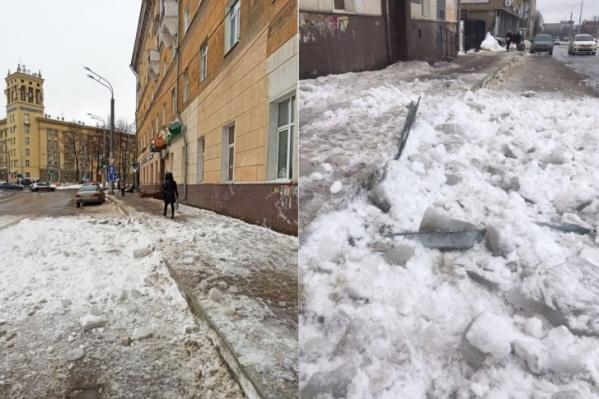 Тротуар в этом месте довольно узкий, снег со льдом упал прямо на него