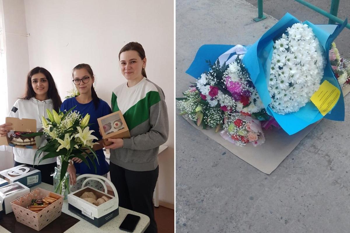 Совсем молодые девушки-медсестры с цветами