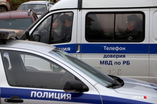 Полицейские задержали подозреваемого в убийстве и передали следователям