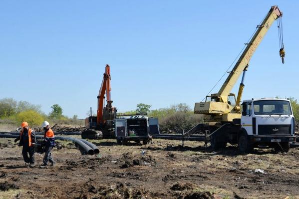 Сейчас подрядчик прокладывает канализационный напорный коллектор