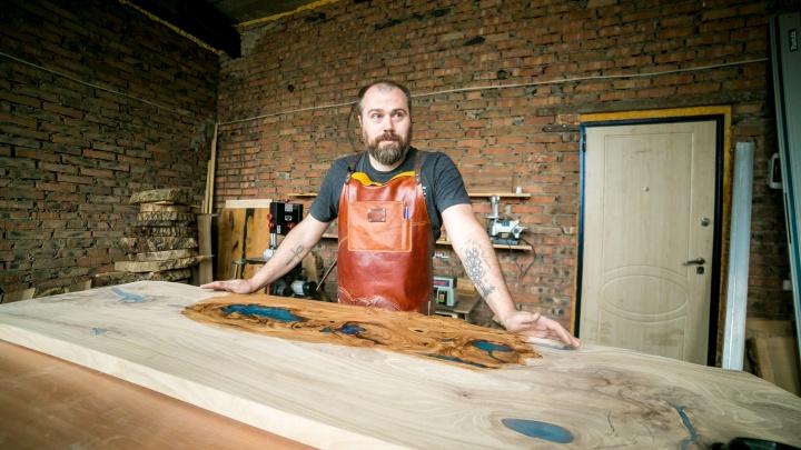 Маленький, но гордый бизнес: фотограф делает столы из распилов — в карантин это его главный доход