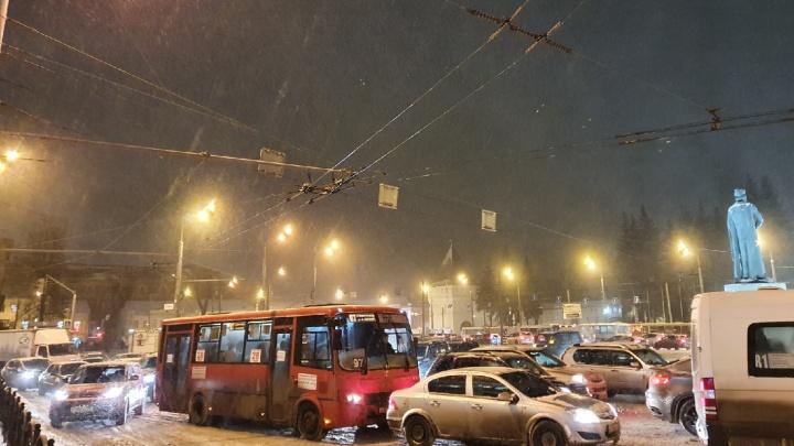 Сугробы на дорогах и новые смерти от COVID: что произошло в Ярославской области за сутки. Коротко