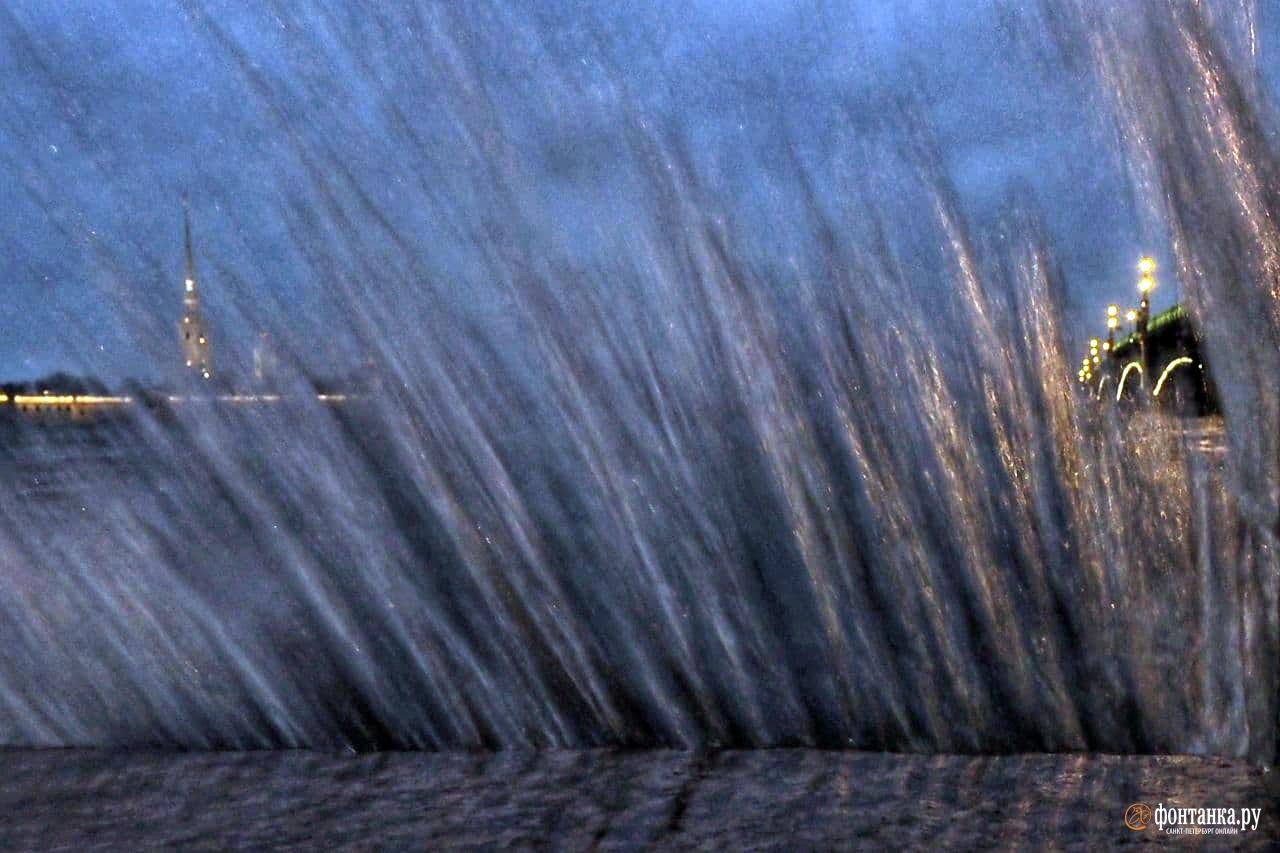 Традиционно хорошая погода сменялась западными ветрами, угрозами наводнения, критическим подъемом воды в Неве и закрытием дамбы