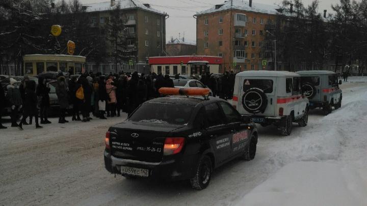 Студентов и преподавателей кемеровского вуза срочно эвакуировали. Рассказываем, что случилось