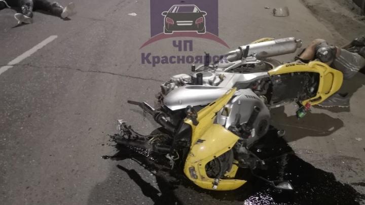 Мотоцикл влетел в бетонный забор после столкновения с Infiniti: в больнице два человека