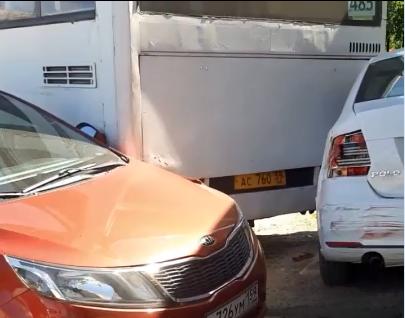 Под Пермью автобус впечатал иномарку в здание магазина. Видео