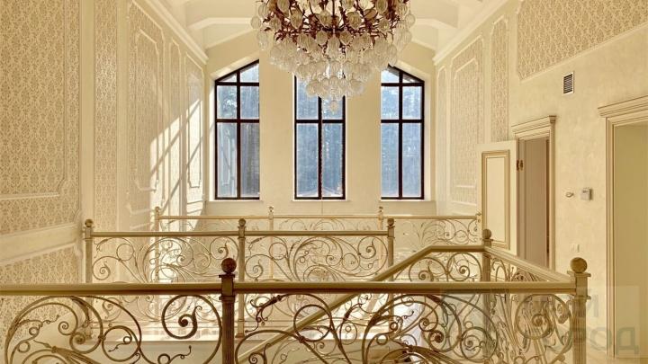 Под Кемерово продают коттедж за 100 млн. Публикуем фото роскошного дома с лифтом, бассейном и спортзалом