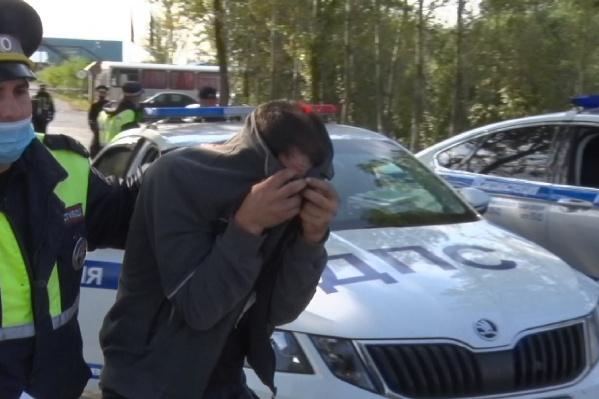 Водитель, которого задержали, прячется от камер. Сейчас с ним будут разбираться полицейские