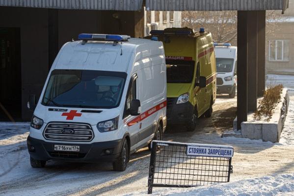 Длинные очереди скорых у больниц заставляют задуматься, правдива ли официальная статистика
